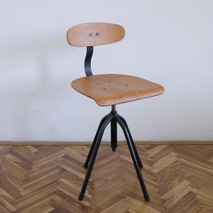 TRIJE-KOSI_Industrial_vintage_wood_workingchair.06-560x560